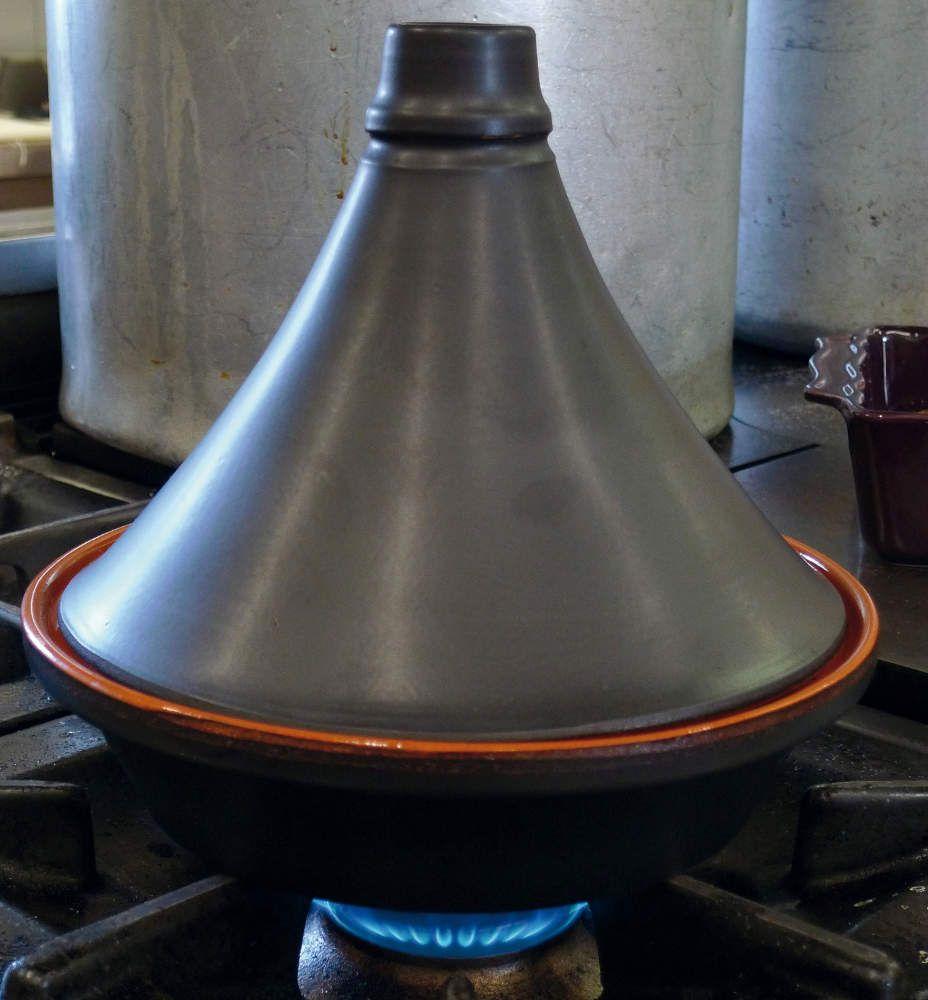 Tajine traditionnel noir mat en terre cuite 27cm - Plat a tajine en terre cuite ...