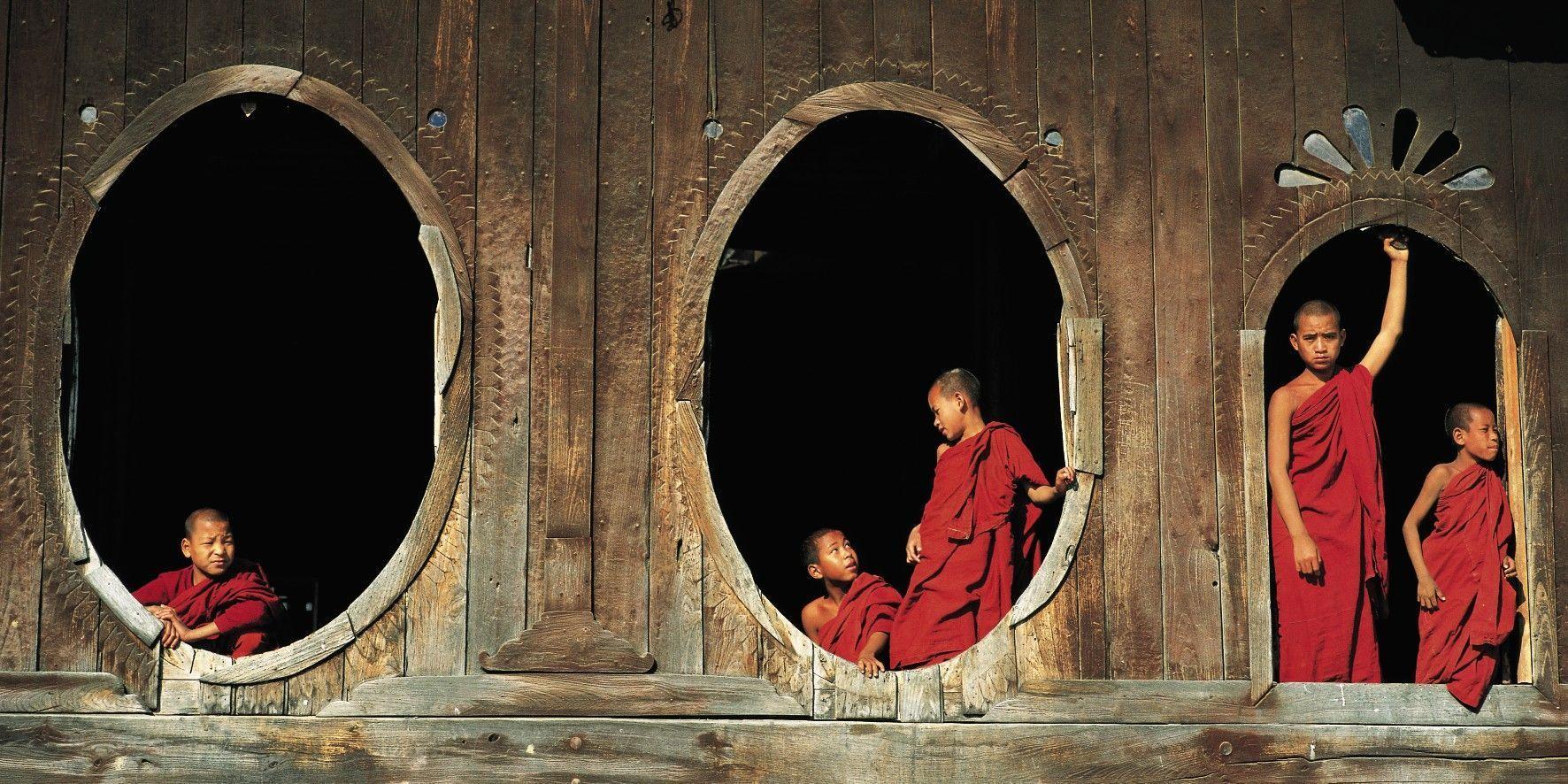 Affiche moine au monastère Shweyanpyay lac Inle